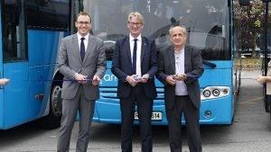 Skupina Arriva Slovenija je bogatejša za 22 novih regionalnih avtobusov, kar je po besedah direktorja in predsednika uprave Boja Karlssona dobrodošla pridobitev za vozni park skupine. Gre za 12 m dolge avtobuse, ki so jih danes prejeli od podjetja Autocommerce, in jih predali v promet.